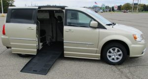 2011-chrysler-town-&-country_1709