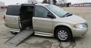2005-chrysler-town-country-limited_1720
