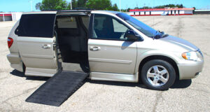 2005-chrysler-town-country_1774