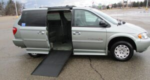 2004-chrysler-town-country_1781